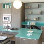 Cozinha planejada com vidro e ilha